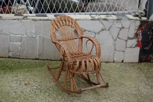 Dječja pletena drvena stolica za ljuljanje