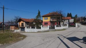 Prodaju se 3 kuće sa pom. objektima: ILIJAŠ-SOVRLE