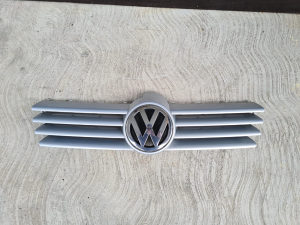 Prednja maska sa znakom VW Bora 1J5853653C