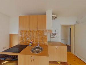 501156 Trosoban stan u kući Rajlovac