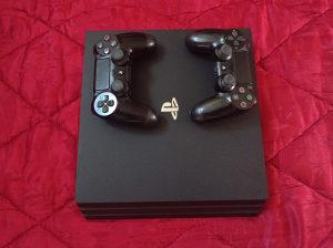 PlayStation 4 PRO + 2 Dzojstika / PS4 PRO