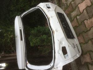 Toyota yaris vrata gepek hauba